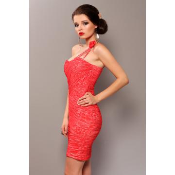 Elegancka sukienka, marszczona, zakładana na jedno ramię z ozdobną różą - arbuzowy